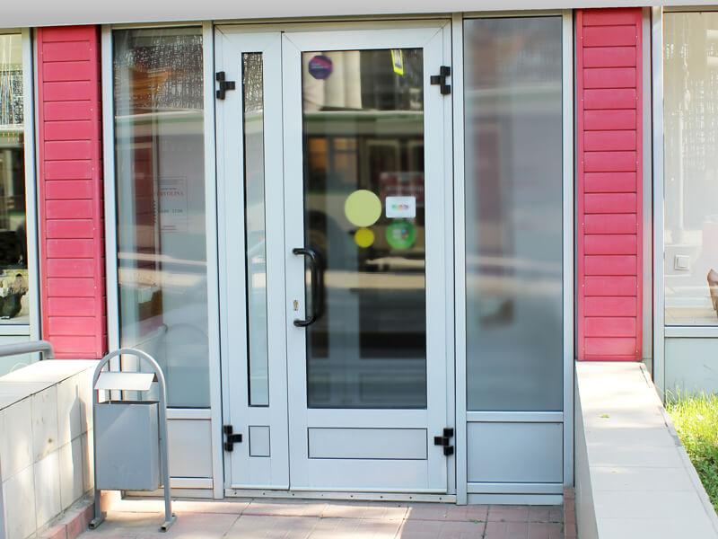 Заказать пластиковую дверь для магазина в Москве