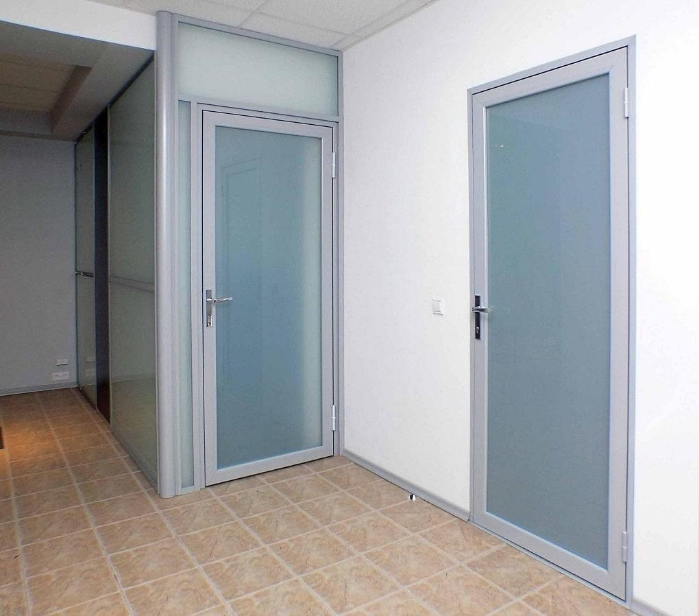 Лёгкая пластиковая дверь со стеклом