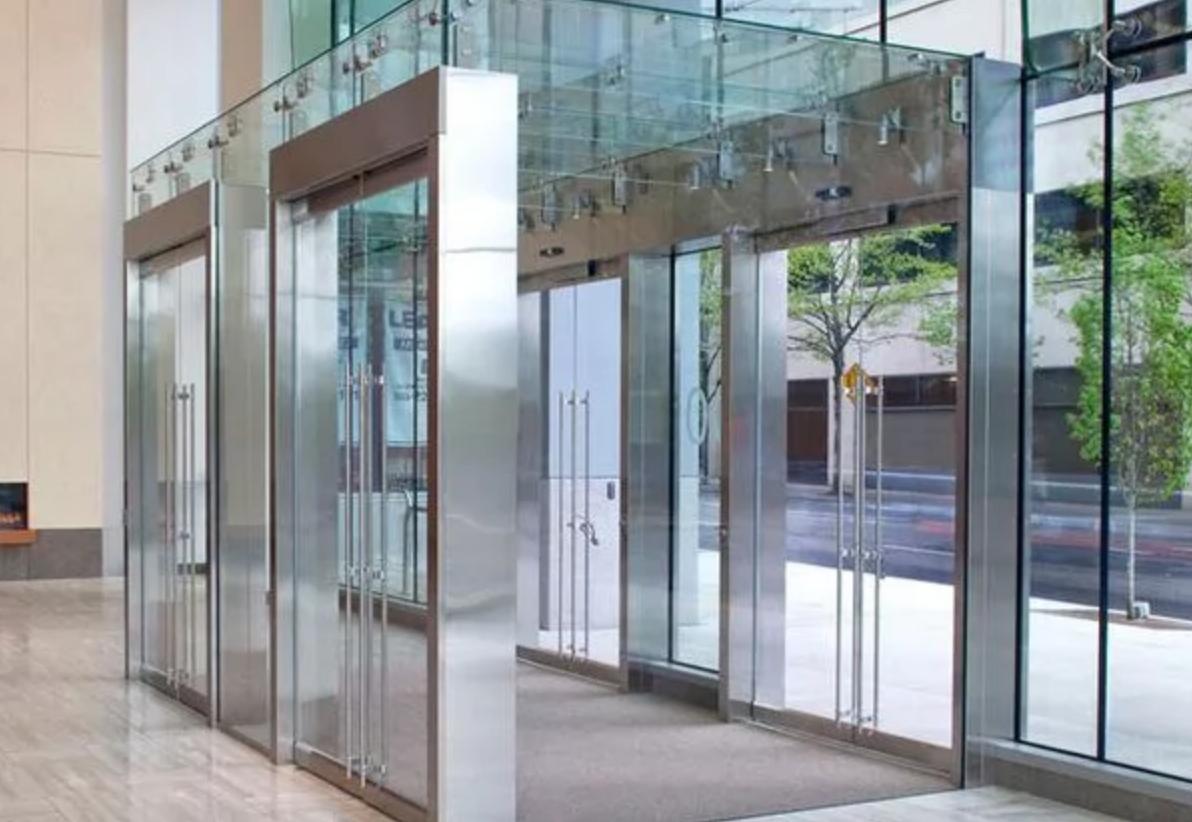 Тамбурные двери из стекла